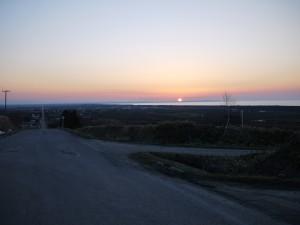 まっすぐな道と夕日
