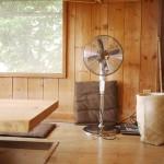 網戸も手作りなんですよねぇ。レトロな扇風機が良く似合う☆