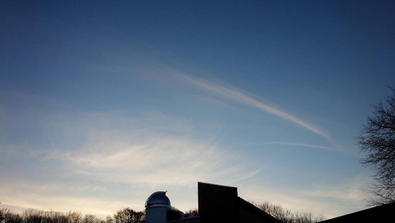 飛行機雲に見える高積雲かなんか